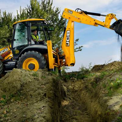 JCB 4CX digging ditch